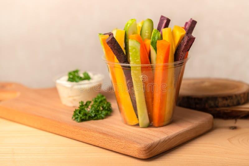 Kolorowe marchewki i ogórków warzywa julienned dla sałatki zdjęcia royalty free