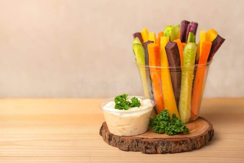 Kolorowe marchewki i ogórków warzywa julienned dla sałatki obraz royalty free