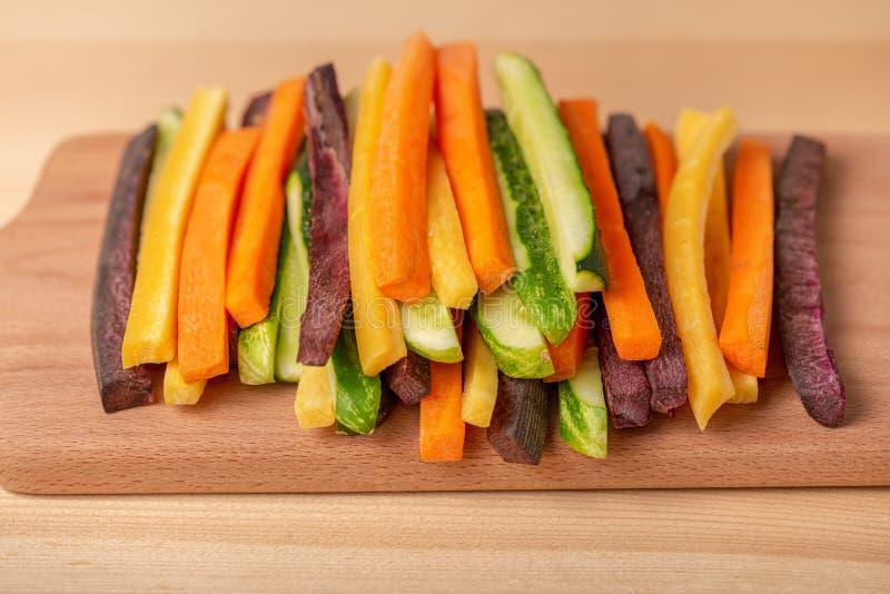 Kolorowe marchewki i ogórków warzywa julienned dla sałatki dalej zdjęcia royalty free