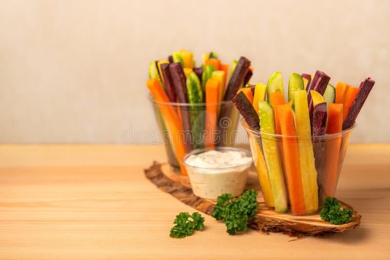 Kolorowe marchewki i ogórków warzywa julienned w dwa plast zdjęcie stock