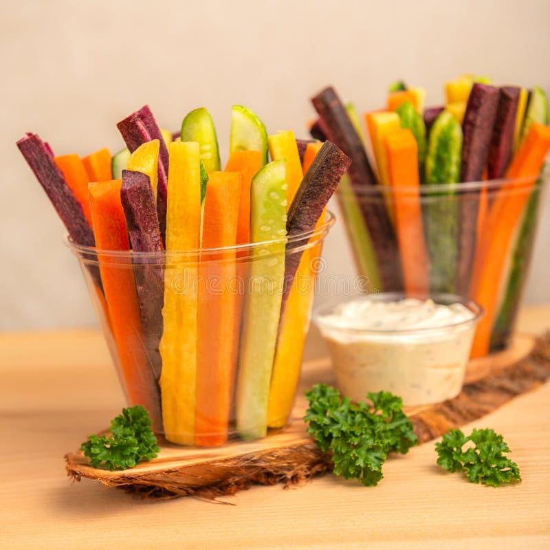 Kolorowe marchewki i ogórków warzywa julienned w dwa plast obraz royalty free