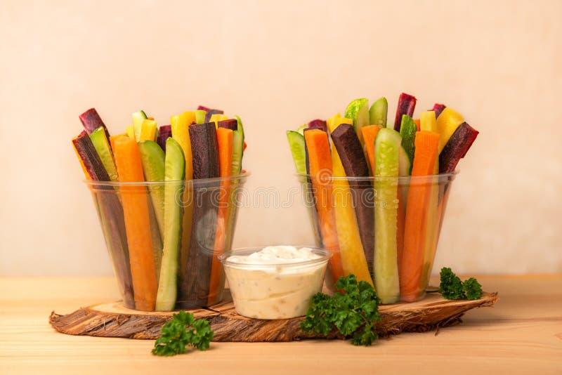 Kolorowe marchewki i ogórków warzywa julienned w dwa plast zdjęcie royalty free