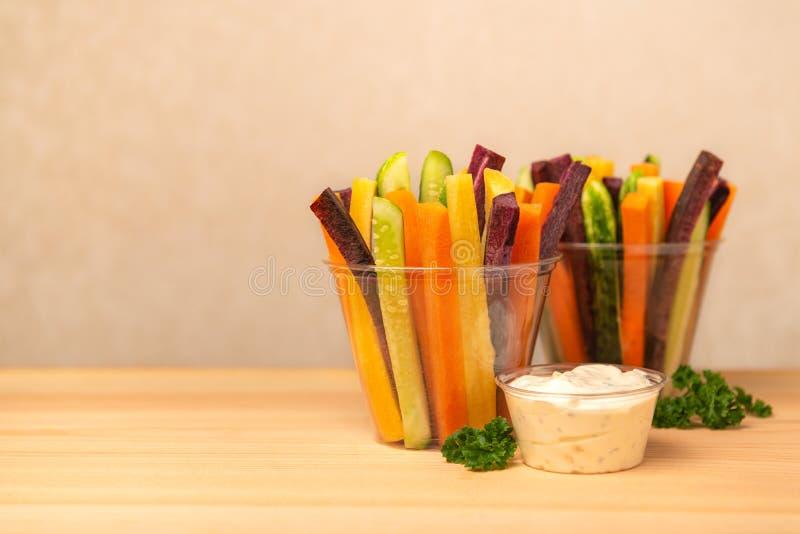 Kolorowe marchewki i ogórków warzywa julienned w klingerycie c zdjęcie royalty free