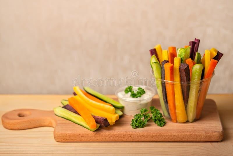 Kolorowe marchewki i ogórków warzywa julienned z kwaśnym cr fotografia royalty free