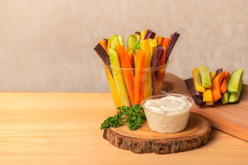 Kolorowe marchewki i ogórków warzywa julienned z kwaśnym cr obraz royalty free