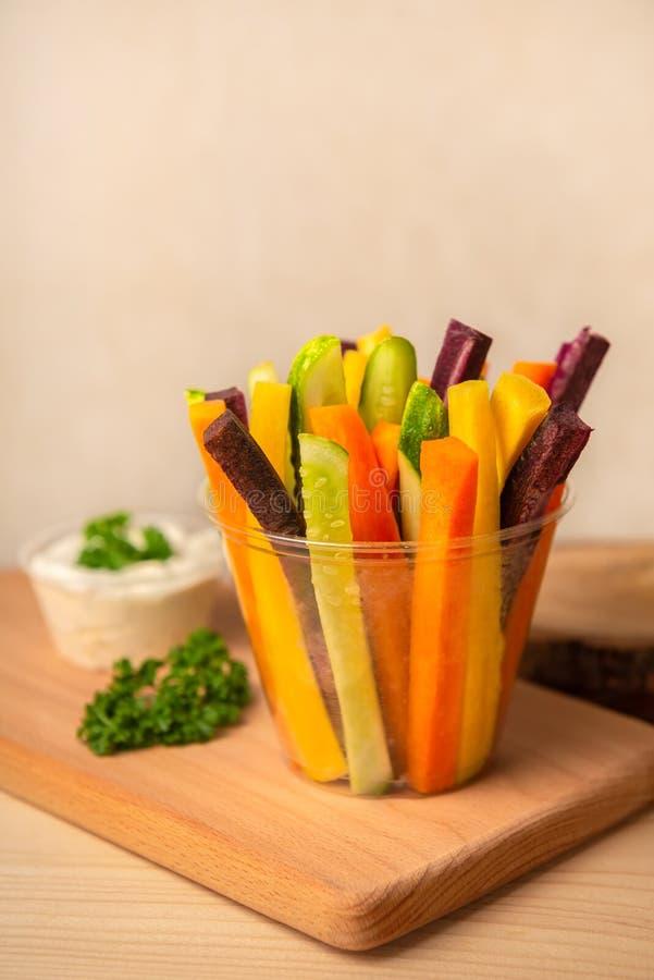 Kolorowe marchewki i ogórków warzywa julienned z kwaśnym cr fotografia stock