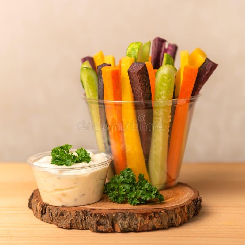 Kolorowe marchewki i og?rk?w warzywa julienned dla sa?atki zdjęcie stock