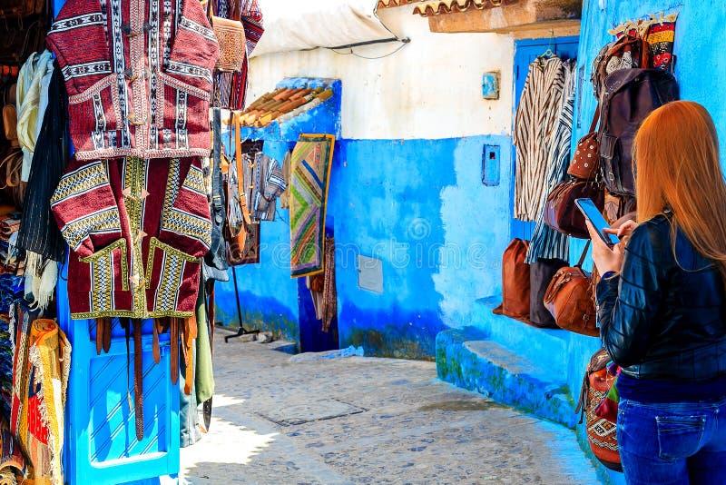Kolorowe Marokańskie tkaniny i handmade pamiątki na ulicie w błękitnym mieście Chefchaouen, Maroko, Afryka zdjęcia royalty free