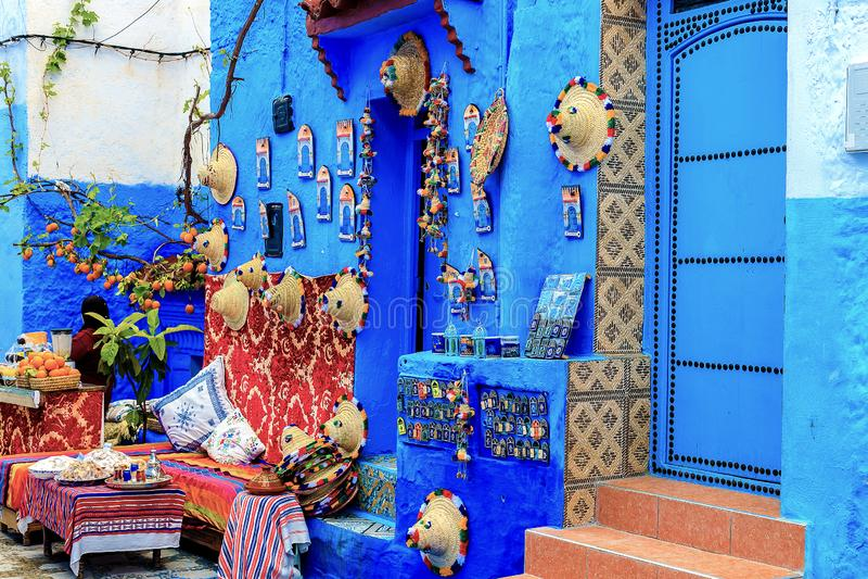 Kolorowe Marokańskie tkaniny i handmade pamiątki na ulicie w błękitnym mieście Chefchaouen, Maroko, Afryka zdjęcie stock