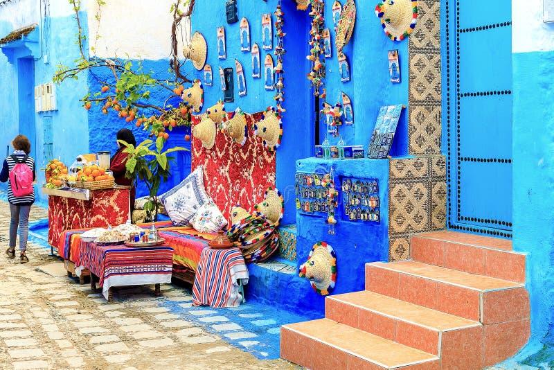 Kolorowe Marokańskie tkaniny i handmade pamiątki na ulicie w błękitnym mieście Chefchaouen, Maroko, Afryka fotografia stock