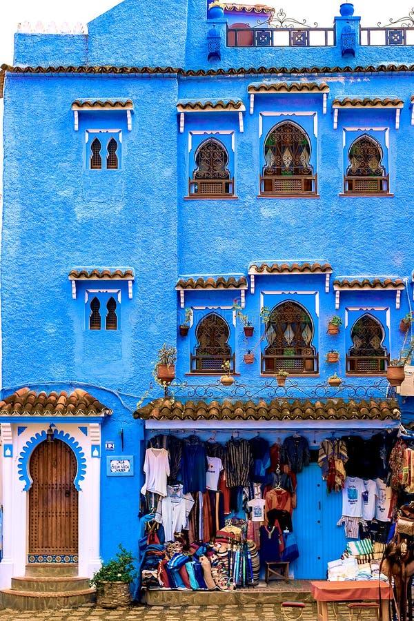 Kolorowe Marokańskie tkaniny i handmade pamiątki na ulicie w błękitnym mieście Chefchaouen, Maroko, Afryka obraz royalty free