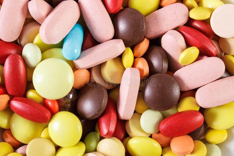 Kolorowe medyczne pigułki i kapsuły jako tło, opieki zdrowotnej pojęcie fotografia stock