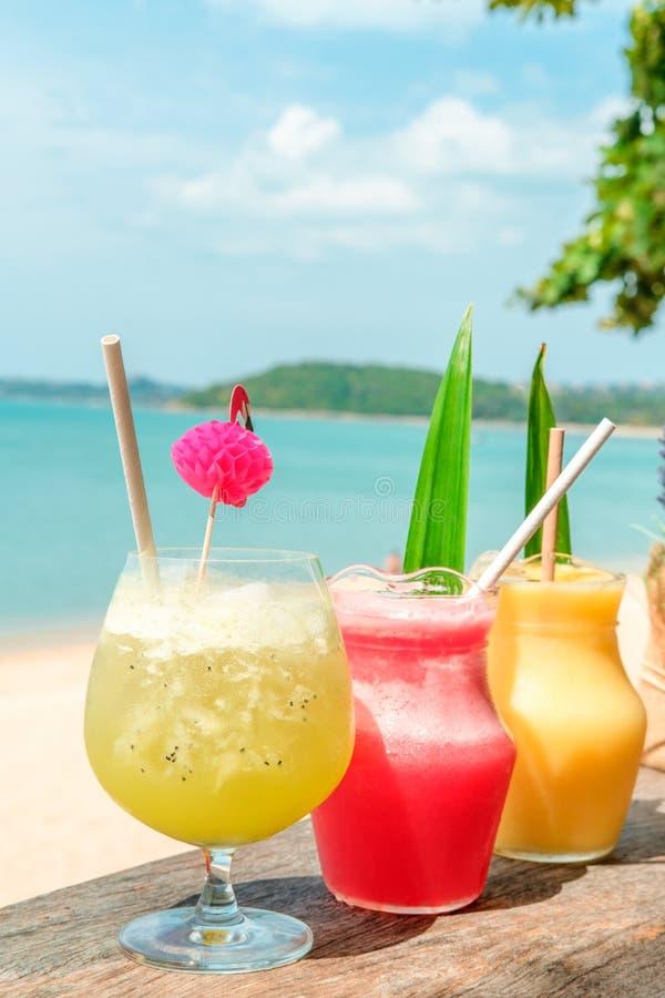 Kolorowe moktajle na plaży Wakacje, ucieczka, wakacyjne wyprawy zdjęcie royalty free