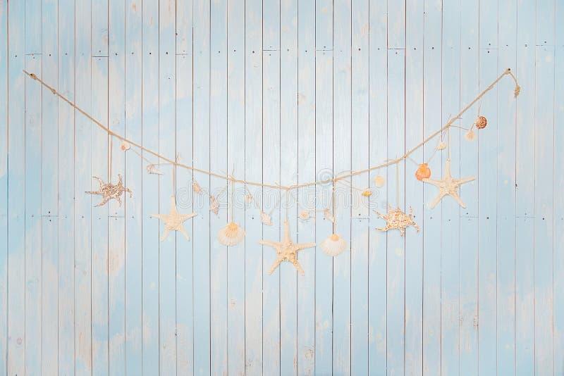 Kolorowe morskie rzeczy na bielu malowali drewnianego tło Denny ob zdjęcie royalty free