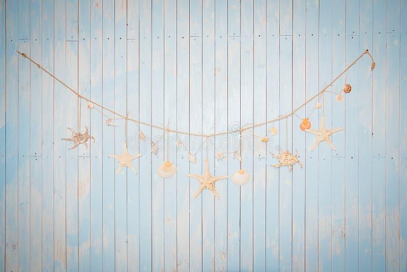 Kolorowe morskie rzeczy na bielu malowali drewnianego tło Denny ob zdjęcia royalty free