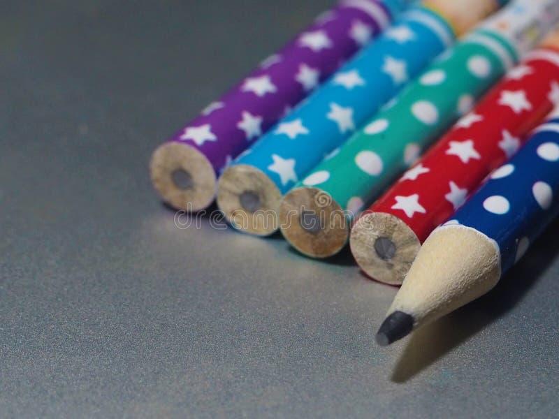 Kolorowe ołówki na srebrnym tle fotografia stock