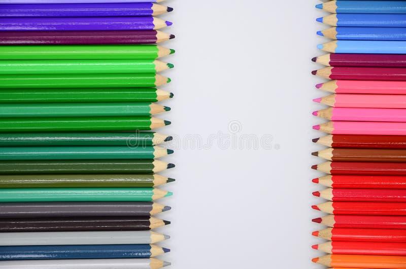 Download Kolorowe ołówki ilustracji. Ilustracja złożonej z kredka - 57655772