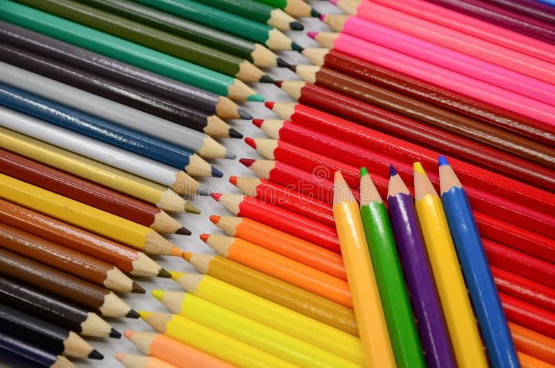 Download Kolorowe ołówki ilustracji. Ilustracja złożonej z pojęcie - 57655982