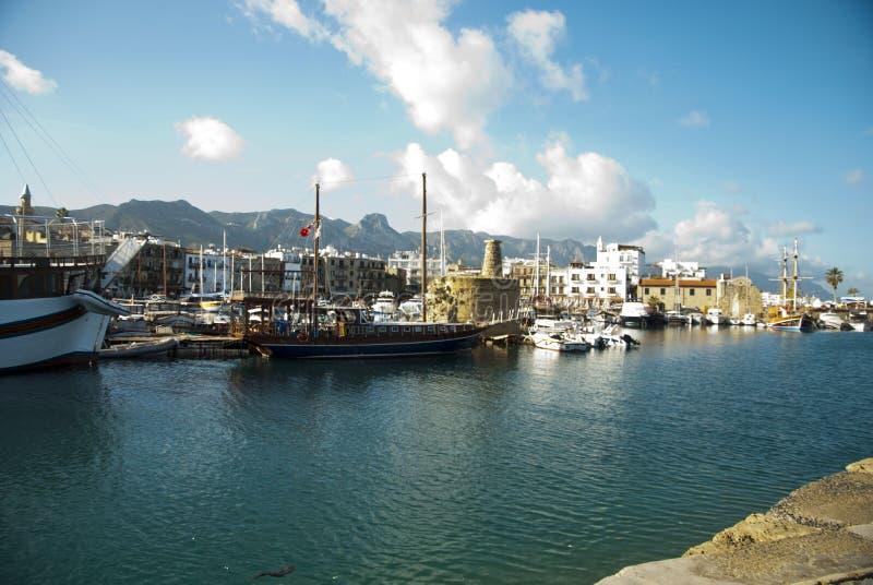 Download Kolorowe łodzie na porcie obraz stock editorial. Obraz złożonej z nautyczny - 28952799
