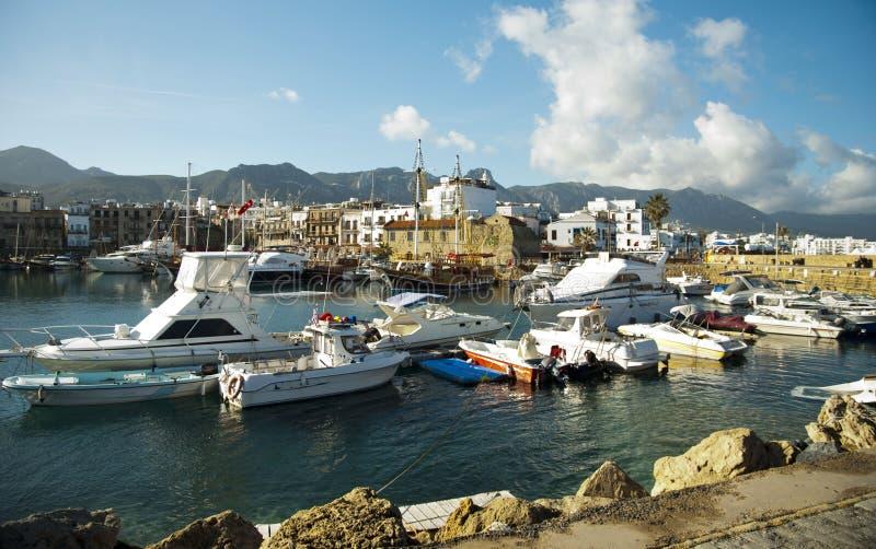 Download Kolorowe łodzie na porcie zdjęcie stock. Obraz złożonej z nautyczny - 28952838