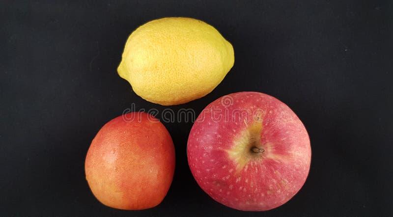 Kolorowe owoc odizolowywać na czarnym tle zdjęcia stock