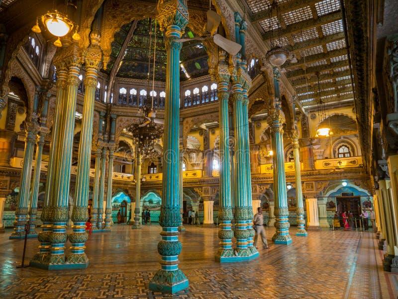 Kolorowe ozdobne wewnętrzne sala królewski Mysore pałac, Karnataka, India zdjęcie royalty free