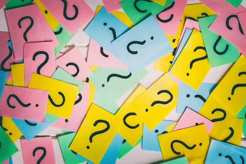 Kolorowe papier notatki z znakami zapytania zbli?enie zdjęcia royalty free