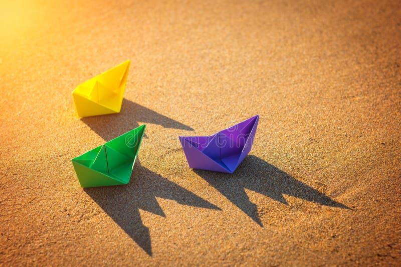 Kolorowe papierowe łodzie przy plażą fotografia royalty free