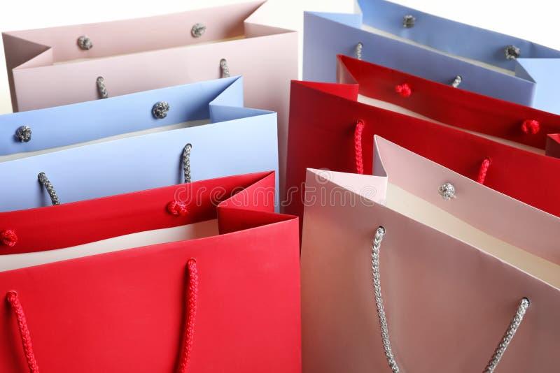 Kolorowe papierowe torby na zakupy jako tło obraz royalty free