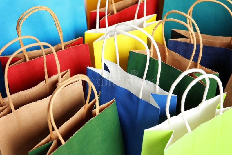 Kolorowe papierowe torby na zakupy jako tło obrazy royalty free
