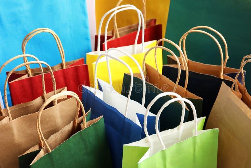 Kolorowe papierowe torby na zakupy jako tło zdjęcia stock
