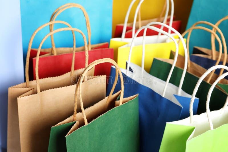 Kolorowe papierowe torby na zakupy jako tło obrazy stock
