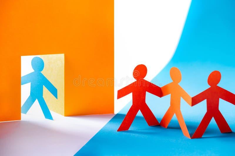 Kolorowe papieru cięcia postacie - grupa ludzi przy drzwi, mile widziany lub niechciany fotografia stock