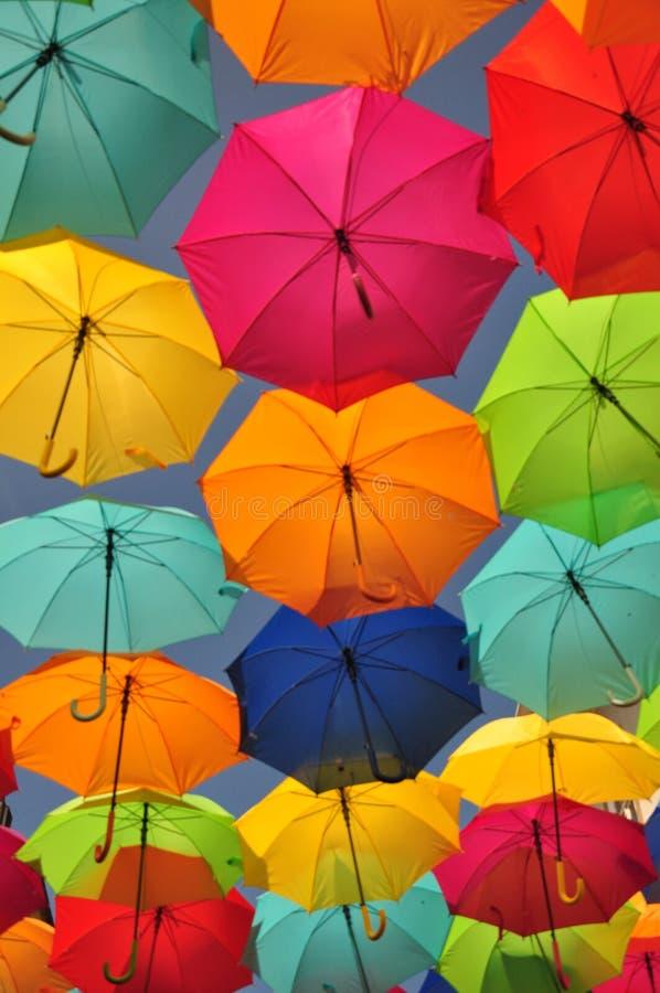 Kolorowe parasole na ulicy Agueda, Portugalia obraz stock