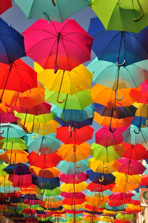 Kolorowe parasole na ulicy Agueda, Portugalia obrazy royalty free