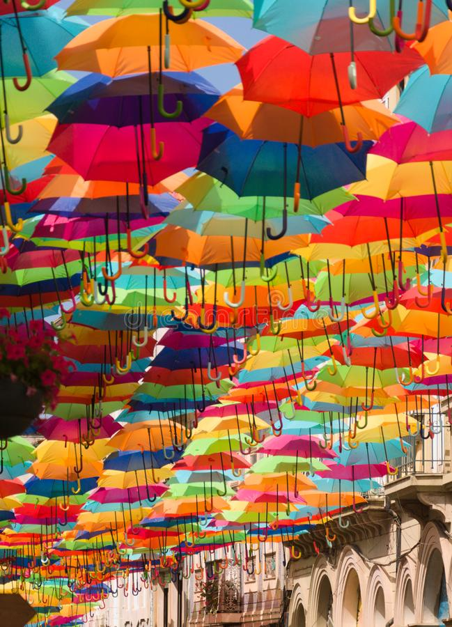 Kolorowe parasole na ulicy Agueda, Portugalia zdjęcia stock