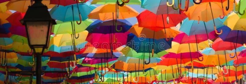 Kolorowe parasole na ulicy Agueda, Portugalia zdjęcie stock
