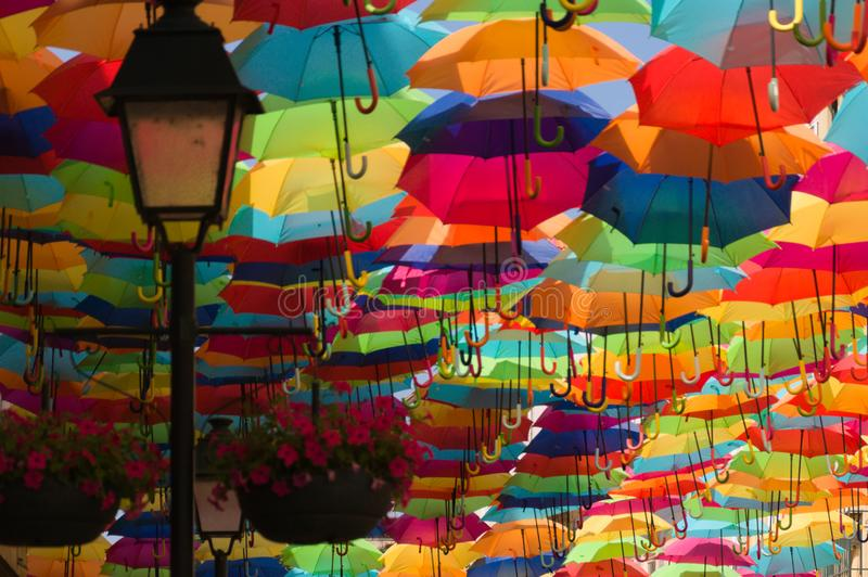 Kolorowe parasole na ulicy Agueda, Portugalia fotografia stock