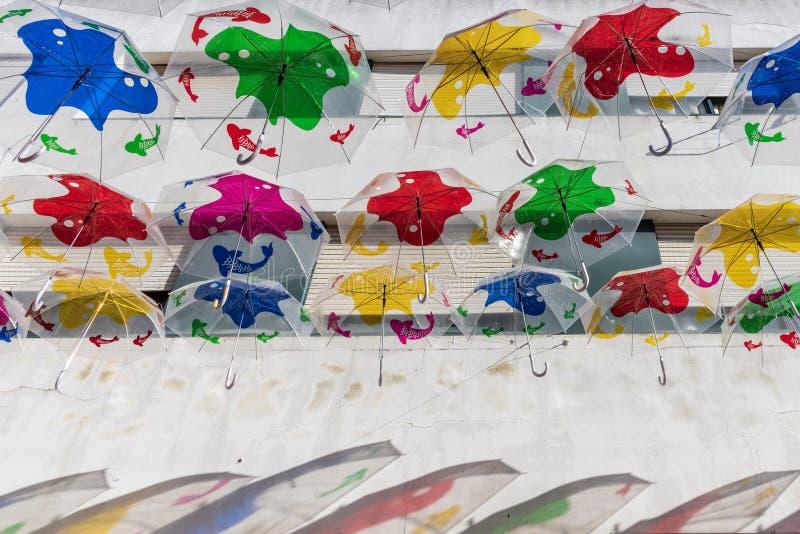 Kolorowe parasole wisiały nad ulicami Agueda w Portugalii zdjęcia royalty free