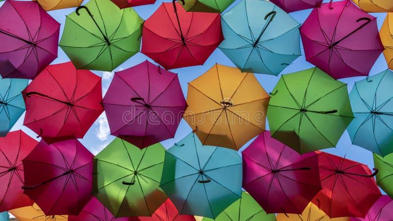 Kolorowe parasole wisiały nad ulicami Agueda w Portugalii fotografia royalty free