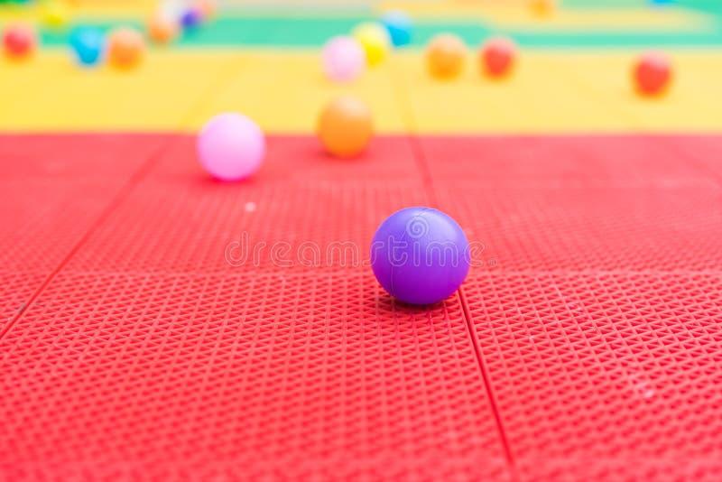Kolorowe piłki na boisku z zamazanymi tło fotografia royalty free