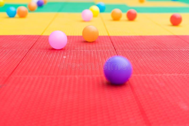 Kolorowe piłki na boisku z zamazanymi tło zdjęcie stock