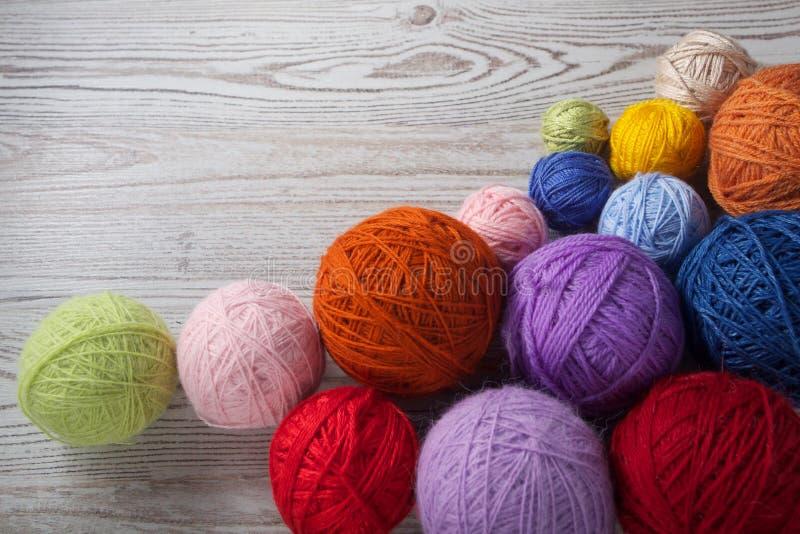 Kolorowe piłki przędza na stole zdjęcia stock