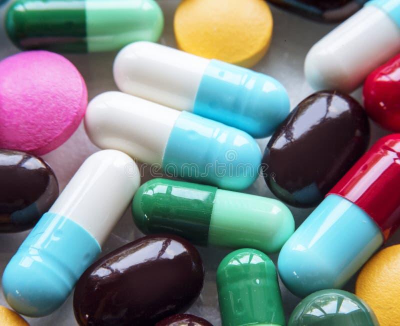 Kolorowe pigułki i leki zamykają up zdjęcia stock