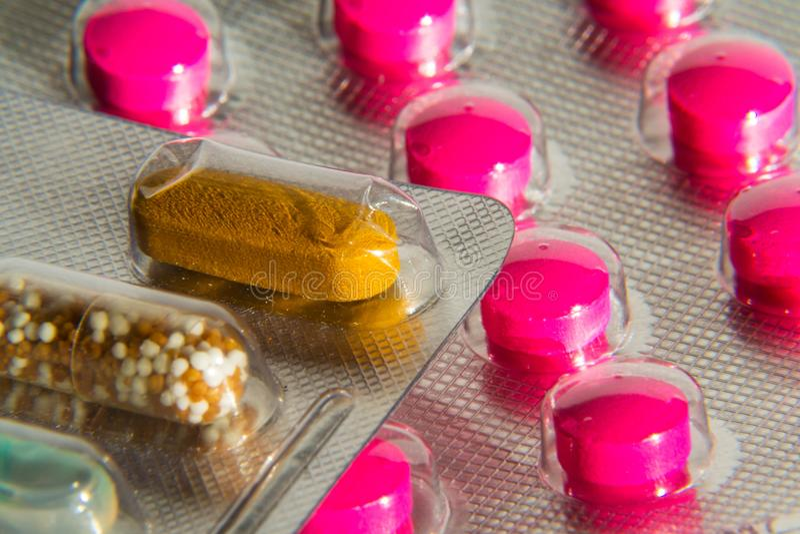 Kolorowe pigułki w przejrzystej medycyny kapsule, nanotechnologia medycyny przyszłościowy pojęcie zdjęcia stock