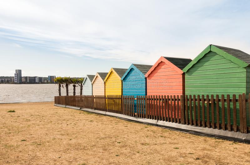 Kolorowe Plażowe budy w Cardiff zatoce zdjęcia royalty free