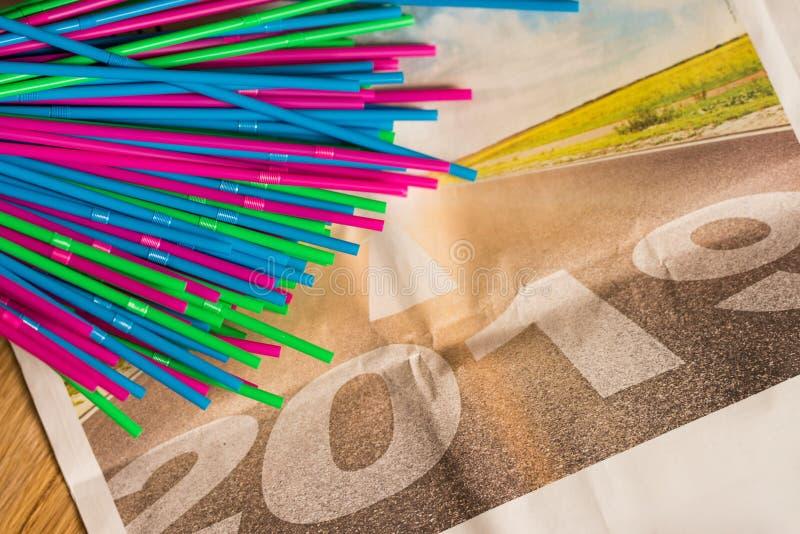Kolorowe plastikowe słoma na wiadomość papierze ciąć na arkusze z 2019 na nim zakazuje akt pakuje w Europa 2019 klingeryt zdjęcie stock