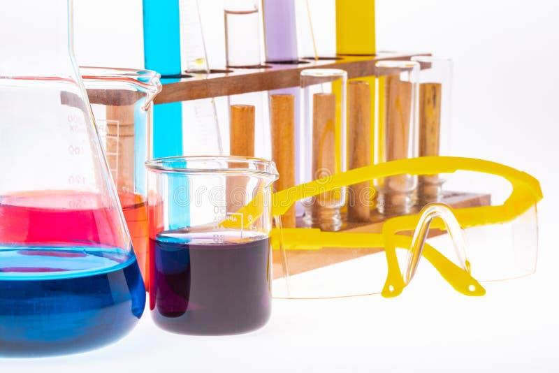 Kolorowe próbne tubki w drewnianym stojaku zdjęcia royalty free