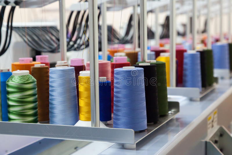 Kolorowe rolki nici tło fotografia stock