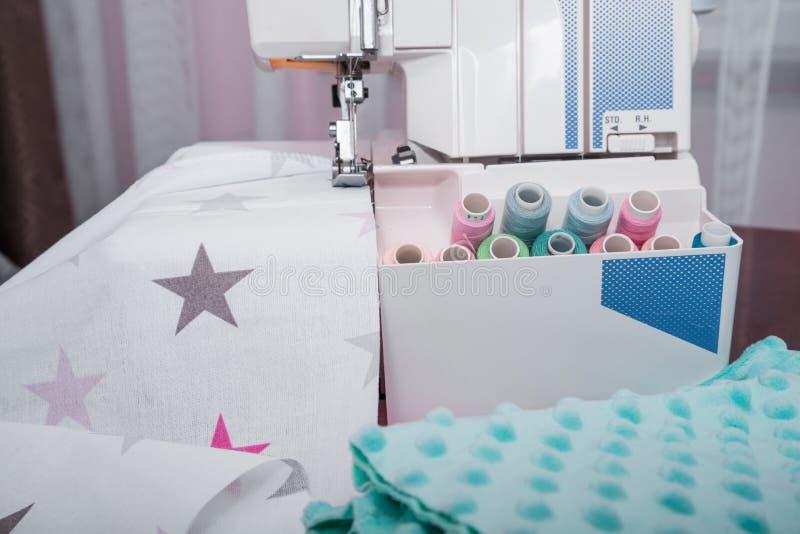 Kolorowe rolki nici tło z szwalną maszyną zdjęcia stock